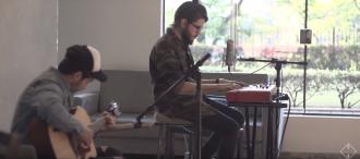 """Gabriel Guedes lança mais um vídeo com o clássico """"Cantarei teu Amor"""" em uma versão acústica."""